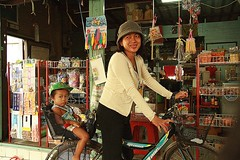 mother and daughter on a bicycle (the foreign photographer - ฝรั่งถ่) Tags: mother daughter bicycle convenience store khlong thanon portraits bangkhen bangkok thailand canon