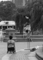 Central Park_3 (CURZU@) Tags: central park usa nyc nuevayork newyorkcity manhattan canoneoscanon80d eos80d80d mujeres acrobatas artistas equilibrio