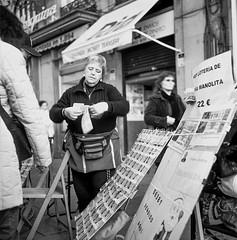 Puerta del Sol, Madrid. (fcuencadiaz) Tags: analogica fotografiaargentica fotografiaquimica formatomedio 6x6 rolleiflex planar plustek byw blancoynegro fotografiacallejera film pelicula madrid zeisplanar objetivosfijos objetivosmanuales twinreflex twinlens