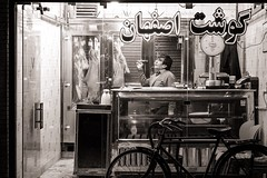Butcher's TV (Tom Levold (www.levold.de/photosphere)) Tags: fuji fujixpro2 isfahan street xf56mm nacht night esfahan sw bw shop laden people candid porträt portrait metzger butcher tv