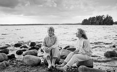 Helgasjön 1987 (Anders Österberg) Tags: helgasjön girls teenagers tonåringar flickor svartvitt blackandwhite analog agfapan 100 1987 teenagegirls bnw water lake rocks