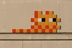 Paris 12ème (PA_1307) (Meteorry) Tags: europe france idf îledefrance paris spaceinvader spaceinvaders invader invaderwashere tiles carrelage carreaux mur wall street rue art artderue pixels pa1307 runner yellow jaune orange parcdebercy bercy november 2017 meteorry