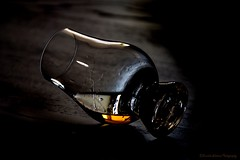 The end... (Kerstin Winters Photography) Tags: getränke drink whiskey scotch still stilllife nikkor nikondigital nikondsl flickr minimal minimalism simple darks colors macro closeup detail abstract glencairns glas glass