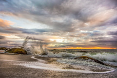 Sunrise Splash in Ilhota Beach (rqserra) Tags: alvorecer amanhecer praia nuvens onda rochas colorido splash sunrise dawn beach clouds waves rocks colorfull landscape paisagem rqserra brazil