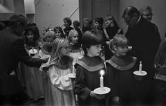 Lucia, Mariakyrkan, Växjö 1987 (Anders Österberg) Tags: svartvitt blackandwhite analog luciatåg flickor girls children choir mariakyrkan växjö 1987
