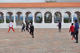 隔天早上山上修道院的廣場和迴廊,看見一群小朋友在踢足球,