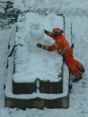 Snowman (skumroffe) Tags: snowman snögubbe plinth plint sockel snow snö vinter winter constructionworker byggnadsarbetare byggarbetare worker arbetare peab råsunda klacken derbyt solna stockholm sweden people candid människor nyaråsunda