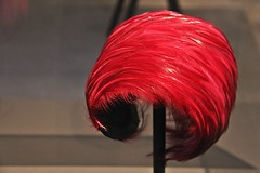 Dameshoed (1960) (just.Luc) Tags: dameshoed hoed womanshat damenhut rood rouge rot red feathers veren plumes federn centraalmuseum nederland paysbas niederlande netherlands utrecht museum museo musée europa europe holland