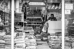 (fernando_gm) Tags: madrid monochrome monocromo man monocromatico people person persona human humano tienda shop blackandwhite bw fujifilm fuji f14 35mm españa xt1 street spain