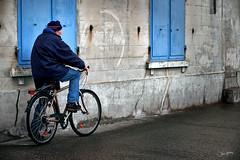Saint-Malo à vélo (zebrazoma) Tags: saintmalo bretagne britany vélo bicycle bike sillon volets windows bleu blue nikon d4
