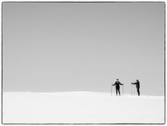 Skiløpere (b&w ver.) (Krogen) Tags: norge norway norwegen akershus romerike ullensaker hovin krogen vinter winter olympusomd bw blackwhite svarthvitt svhv silverefexpro