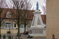 WISSANT, Monument aux morts sur la place face à la Mairie (Olivier_1954) Tags: vacances france balade wissant bleu monument place soldat séjour visite hautsdefrance fr