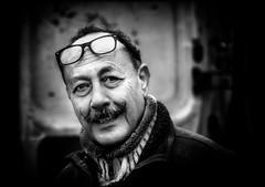 Sosie.../ Double... (vedebe) Tags: rue street ville city urbain urban homme humain human lunettes moustache noiretblanc netb nb bw monochrome portraits portrait
