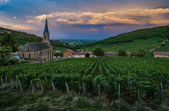 France - Dusk is falling on Vergisson (Benjamin PREYRE Photography) Tags: preyre benjaminpreyre landscape paysage light lumière dusk crépuscule coucherdesoleil sunset summer été wine vin vine vineyard vignoble poullyfuissé poully fuissé bourgogne france saôneetloire bourgognefranchecomté eglise church sky cloud ciel nuage nikkor nikon d600 18mm 1835mm