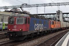 SBB Cargo Lokomotive Re 6/6 11687 bzw. 620 087 - 7 Bischofszell und SBB Lokomotive Re 4/4 II 11320 bzw. 420 320 - 4 mit Werbung Interregio Cargo mit Güterzug 41517 W.oippy - M.antova Frassine ( 409 m - 1`576 t ) am Bahnhof Spiez im Kanton Bern der Schweiz (chrchr_75) Tags: christoph hurni chrchr75 chrchr chriguhurni chriguhurnibluemailch märz 2018 schweiz suisse switzerland svizzera suissa swiss albumbahnenderschweiz albumbahnenderschweiz20180106schweizer bahnen bahn eisenbahn train treno zug chrigu albumsbbre66lokomotive re66 re620 re 66 620 schweizerische bundesbahn bundesbahnen lokomotive lok sbb cff ffs slm juna zoug trainen tog tren поезд паровоз locomotora lokomotiv locomotief locomotiva locomotive railway rautatie chemin de fer ferrovia 鉄道 spoorweg железнодорожный centralstation ferroviaria albumbahnhofspiez bahnhof spiez kantonbern berner oberland