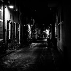 (Nico_1962) Tags: nacht night straat donker leica leicam summicron zwartwit bw blackandwhite rangefinder meetzoeker gouda nederland thenetherlands