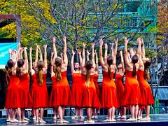 De rojo (Felipe Sérvulo) Tags: chicas muchachas nenas mujeres plaza baile brazos cuerpo cuerpos vestidos rojo danza