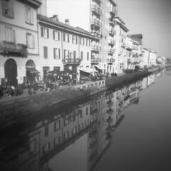 Milano (Valt3r Rav3ra - DEVOted!) Tags: holga holgacfn lomo lomography toycamera plasticcamera milano medioformato film analogico analogica analog analogue 120 6x6 ilford ilfordfp4 bw biancoenero blackandwhite valt3r valterravera visioniurbane urbanvisions streetphotography street naviglio