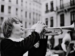 NB#024 (Frédéric ROBIN) Tags: music musique trumpet trompette instrument musician musicien brass cuivre sound son person personne play jouer man hand mains golden dorée france lyon monochrome blackandwhite noiretblanc fanfare piston