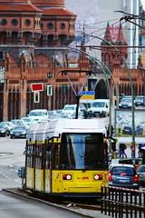 GT6N als M10 am SU Warschauer Straße (M. Schirmer Berlin) Tags: deutschland berlin germany kreuzberg friedrichshain oberbaumbrücke ubahn metro strasenbahn tram sbahn bahnhof endhaltestelle spitzkehre gt6n zweirichtung m10 2227 bvg verkehr traffic rushhour hochbahn kleinprofil beberlin pentax k1 30040 warschauerstrase 70200