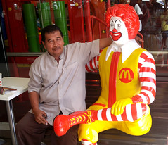 Java East-Malang Ronald McDonald 20171209_130611 LG (CanadaGood) Tags: asia seasia asean indonesia java eastjava jawatimur malang mcdonalds restaurant people person statue advertising canadagood 2017 thisdecade color colour yellow red white cameraphone indonesian javanese