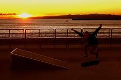Vigore giovanile (meghimeg) Tags: 2017 genova skateboard mare sea sole sun tramonto sunset ragazzo boy acqua water cielo sky spiaggia beach
