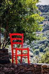 La chaise rouge sur le muret (Lucille-bs) Tags: europe grèce crète chaise rouge mur muret arbre parc jardin botanique