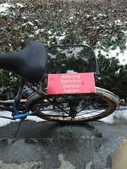 Rostvirus (mkorsakov) Tags: basel bhf baselbadbf badischerbahnhof schweiz switzerland lasuisse schild sign hinweis gebot fahrrad bike bicycle rost rust rot red spiegelung reflection