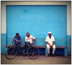 chit - chat (kurtwolf303) Tags: fahrrad persons viñales cuba kuba karibik caribbean bicycle streetphotography scenery strasenfotografie olympusem5 omd microfourthirds micro43 systemcamera mirrorlesscamera spiegellos mft kurtwolf303