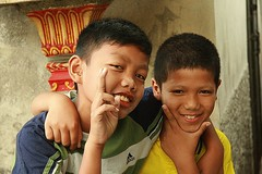 happy boys (the foreign photographer - ฝรั่งถ่) Tags: two happy boys children peace sign khlong thanon portraits bangkhen bangkok thailand canon