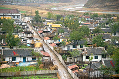 Village near Wonsan (Frühtau) Tags: dprk north korea village farm farmer house building traditional people nordkorea design democratic peoples republic 平壤直轄市 asia asian view sight korean scenery 朝鲜 朝鮮 bauer couple east rajin cháoxiān 地 outdoor корея северная كوريا الشمالية 北朝鮮 corea del norte corée du nord coreia do coréia เกาหลีเหนือ βόρεια personen landstrase