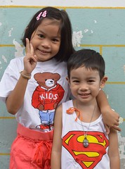 kids (the foreign photographer - ฝรั่งถ่) Tags: brother sister kids peace sign khlong thanon portraits bangkhen bangkok thailand nikon d3200