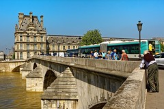 Paris / Pont du Carrousel traffic (Pantchoa) Tags: paris france louvre pont pontducarrousel ciel bleu réverbère bus gens eau seine fleuve architecture photoderue rue photo scènederue 24mm 24mmf18 arches promeneurs