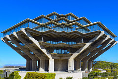 Dr. Seuss' Library (oybay©) Tags: geisellibrary books library geisel theodorgeisel tedgeisel ted drseuss dr seuss lajolla california lajollacalifornia ucsd universityofcaliforniaatsandiego university sandiego san diego college sculpture art catinthehat unique cat in the hat building architecture design modern brutalistic brutalism concrete steel bronze color colors colour colours colorful