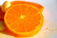 Tranche de Mandarine et Mentos orange sur le plat (Christian Chene Tahiti) Tags: citrus auckland canon 6d nouvellezélande macro mandarine mentos plat assiette orange jus macromondays hmm 7dwf 7dayswithflickr freetheme