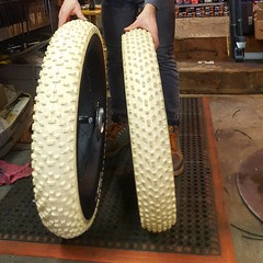 "The difference in size between the Showshoe 2XL, 5.05"" wide and the Avalanche 4.8"" wide tyres"