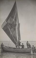 """Ascoli com'era: Grottammare, bagnanti sulla """"ROMA"""" (1923) (Orarossa) Tags: 2130267 italy italia marche ascolipiceno grottammare mare barca vela 02081923"""