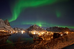 Reine et aurore boréale (yanndo2b) Tags: voigtlander15mmf45iii auroraborealis auroreboréale northernlights reine lofoten norge norvège norway