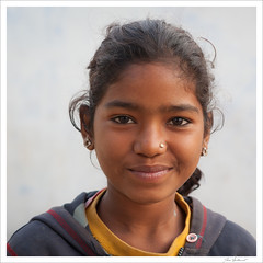 Young girl in India (Joce.V) Tags: inde india asia asie asiedusud orchha madhyapradesh portrait personne people girl jeunefille younggirl voyage travel regard sourire smile canon canoneos5dmarkii canonef2470f28lusm