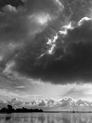 Segler auf dem Bodden vor Wustrow (alterahorn) Tags: segler segelboot bodden wustrow fischland dars zingst mecklenburgvorpommern wolken himmel wasser meer unwetter sw bw nb olympus mzuiko mzuiko1442mm penf dxo