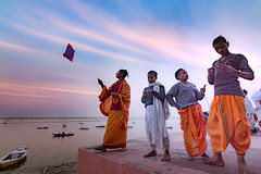 Varanasi, 2018 (Raghunathan Anbazhagan) Tags: india varanasi people places travel kids children boys culture tradition boats ganga ganges river sky sunset evening dramatic kite travelphotography cwc cwctravelwalk chennaiweekendclickers