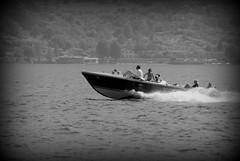 Lago d'Iseo (pjarc) Tags: europe europa italia italy lombardia brescia iseo lago motoscafo boat gente peoples acqua water velocità fast photo digital bw nikon dx 2017 riva