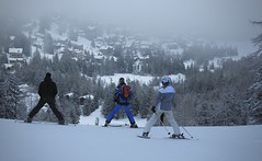 ma soeur et deux potes (bulbocode909) Tags: valais suisse champexlac skieurs ski montagnes nature hiver neige villages chalets forêts arbres rouge bleu brouillard stratus