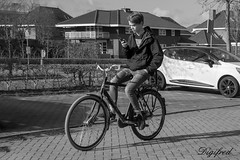 Lekker zo'n zelfrijdende fiets. Lijkt wel een Tesla. (Digifred.nl) Tags: digifred 2018 nikon1j5 nederland netherlands holland straat street city grachten streetphotography blackwhite blackandwhite monochrome people portret portrait candid bike cycling bicycle mobilephone cellphone multitasken fiets smombie tesla