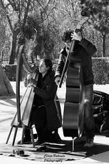 Musicos_Arpa y Contrabajo (CesarValientePhotography) Tags: canon 700d tamron70200f28divcusd madrid parque retiro musico contrabajo instrumento music