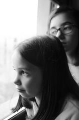 UNA MIRADA AL FUTURO (oskarRLS) Tags: girls sisters future kids monocromo monochrome bw bn miradas photographic window luz light juventud youth