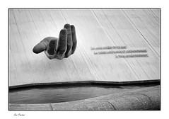 La main tendue (Rémi Marchand) Tags: lehavre maintendue oscarniemeyer levolcan seinemaritime canon7d france noiretblanc blackandwhite espaceoscarniemeyer