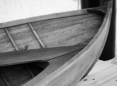 6Q3A8958 (www.ilkkajukarainen.fi) Tags: boat vene soutu wood carving puu työ rowing mustavalkoinen monochrome niitti blackandwhite redi kauppa keskus shoppin mall helsinki suomi finland finlande eu europa scandinavia keula