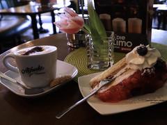 Im Café (ingrid eulenfan) Tags: 2019 kaffeepause pausecafé coffebreak 365project kaffee espresso cappuccino cup coffeepot tasse coffee coffeetogo torte sahne