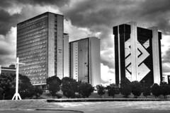 Na cidade dos 3 Poderes, o moderador também está presente. (Romero Filho) Tags: brazil brasil brasília canon 60d pretoebranco pb blackandwhite bw photomatix hdr bank banco money arquitetura architecture dinheiro